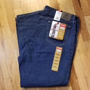Wrangler mens jeans 42x32 relaxed fit NWT